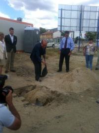 Cavero asiste a la colocación de la primera piedra de 44 viviendas de protección en El Ensanche