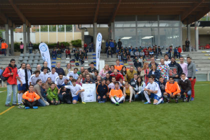 El Club de Fútbol Torrelodones luce como sponsor solidario a la Fundación APASCOVI