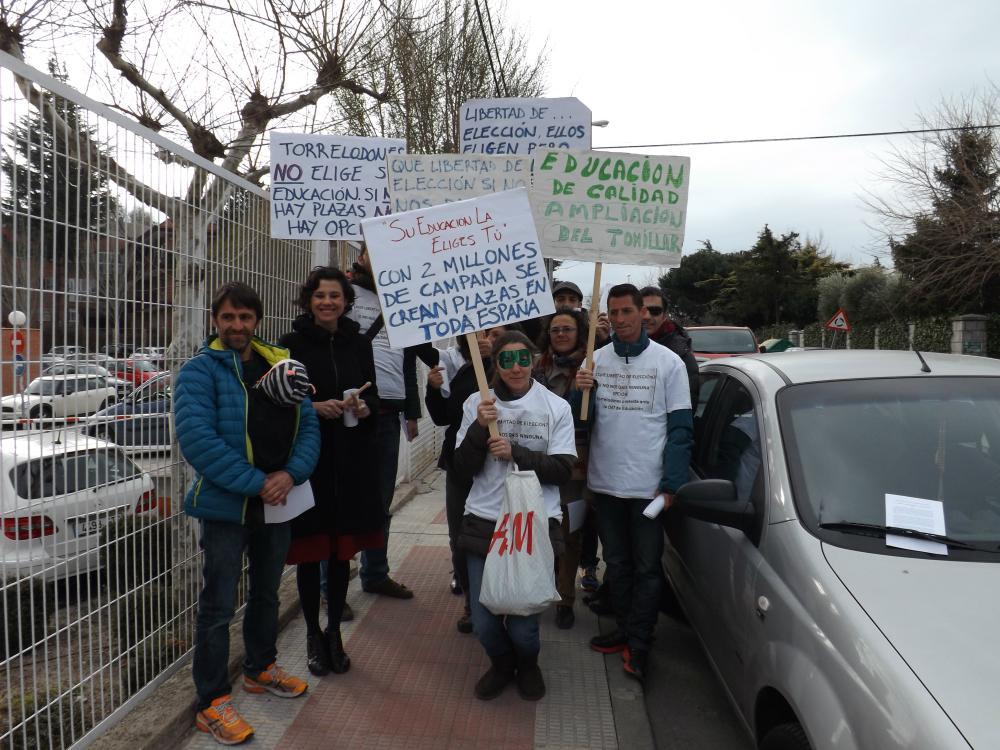 Protesta de los padres de la Escuela Infantil El Tomillar por la falta de alternativas para elegir colegio para sus hijos