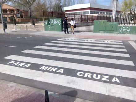 'Parar. Mirar. Cruzar': Educación Vial en los pasos de peatones de Collado Villalba