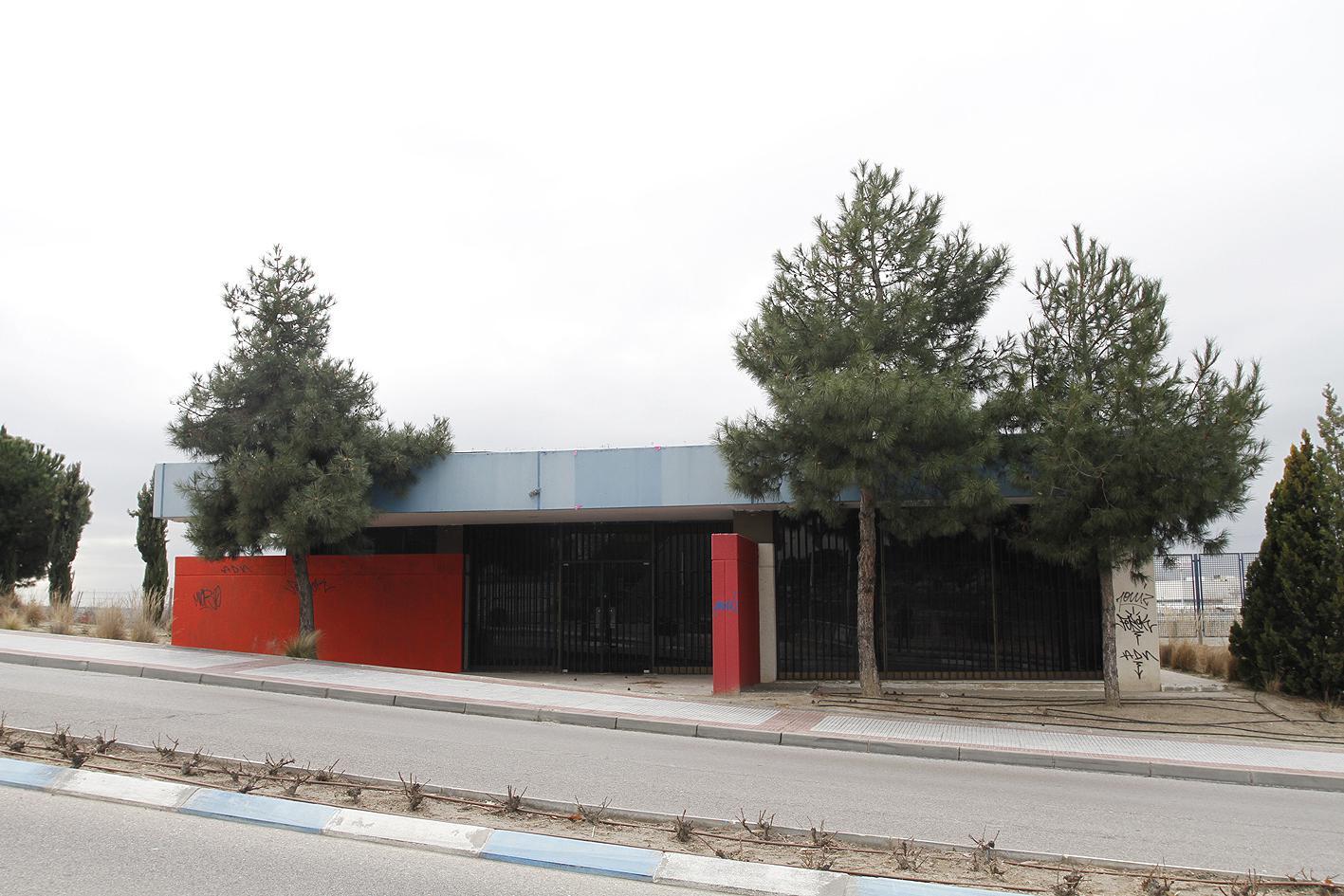 Locales de ensayo y estudio de grabación frente al Centro de Juventud