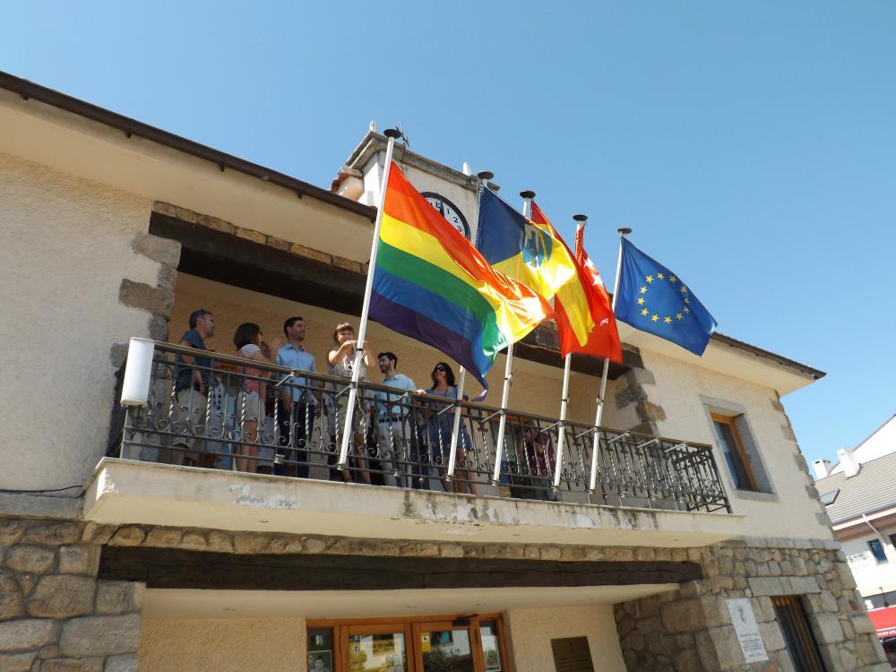 La bandera arcoiris ondea en el Ayuntamiento de Torrelodones