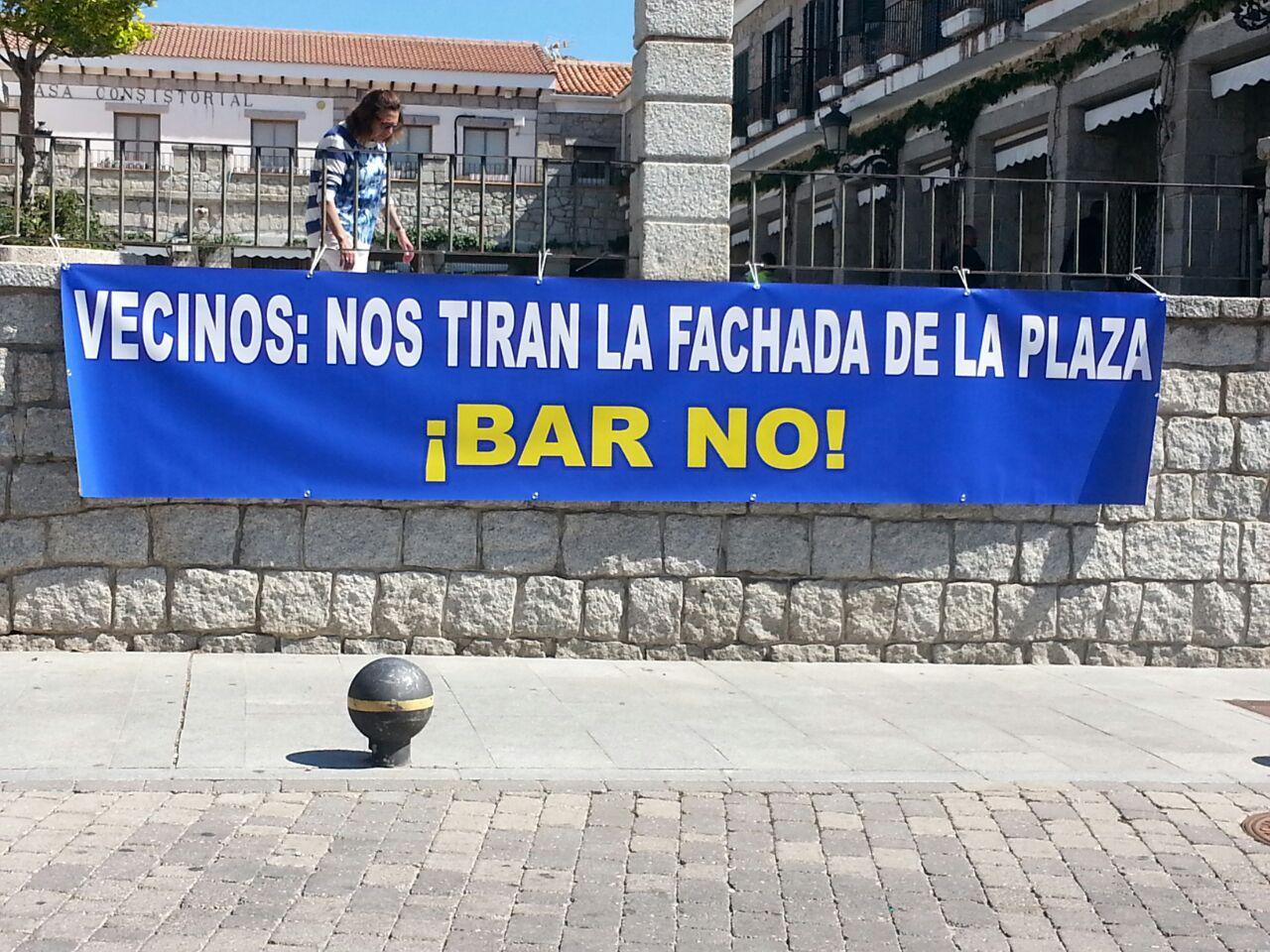 Protesta contra la apertura de un bar en la Plaza Mayor de Hoyo de Manzanares