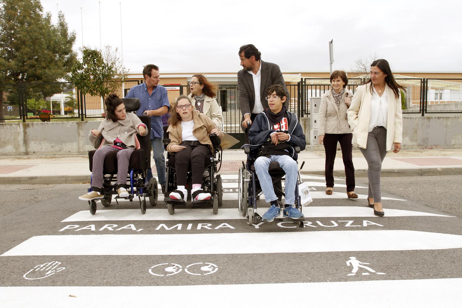 Para, mira y cruza se pinta en los pasos de peatones de los colegios para evitar atropellos