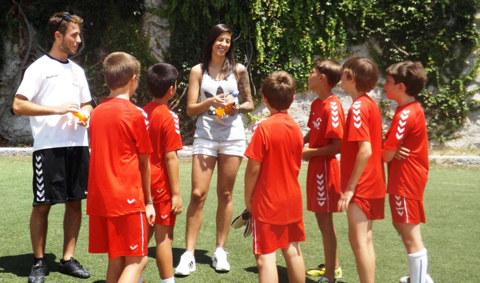 Jennifer Hermoso, jugadora de la selección española, visita el campus de Torrelodones CF
