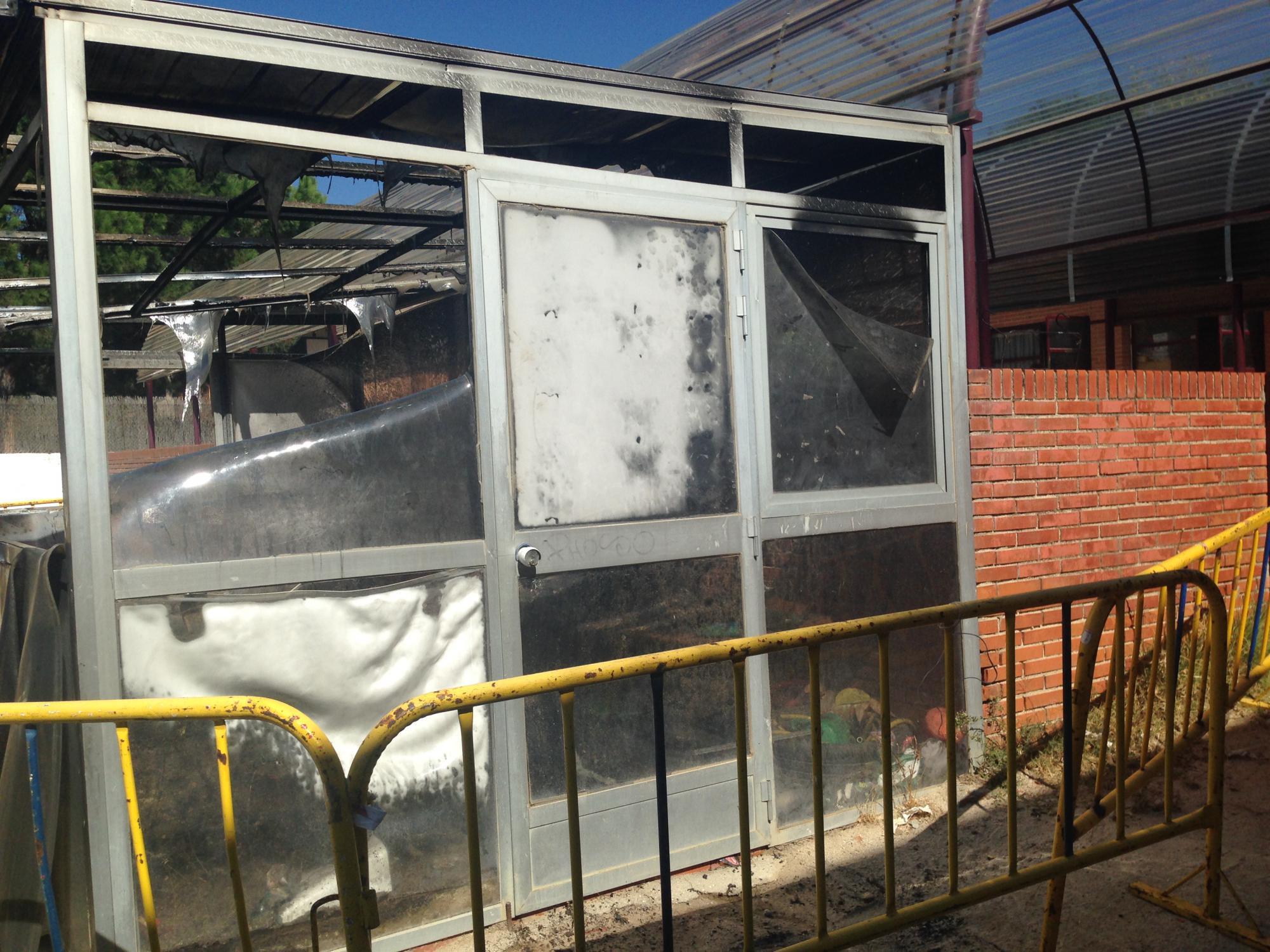 Un incendio calcina el invernadero del Colegio Público Nuestra Señora de Lourdes