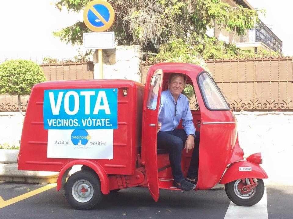 La campaña de Vecinos por Torrelodones, en motocarro y globo