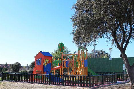 Los vecinos de Parquelagos estrenan una nueva área infantil