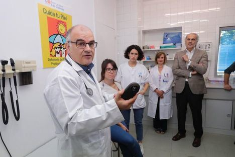El dermatoscopio llega a la Atención Primaria para detectar el melanoma de forma precoz