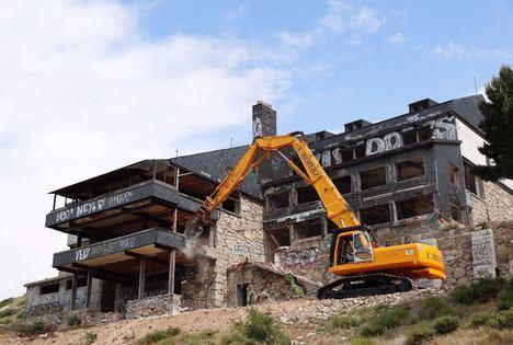 Comienza la demolición del Club Alpino en el Puerto de Navacerrada