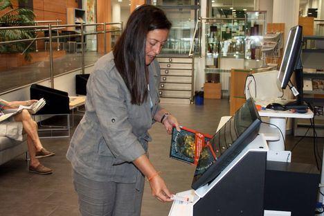 La Biblioteca Ricardo León estrena máquina de autopréstamo