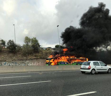 El incendio de un autobús provoca fuertes retenciones en la A-6