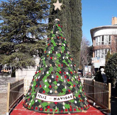Un gran árbol de ganchillo preside la Navidad de Torrelodones