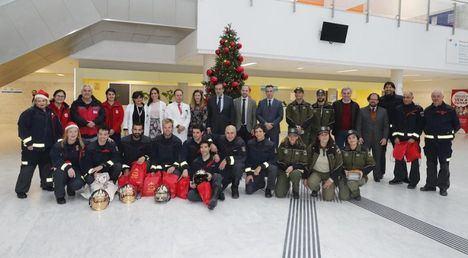 Los Bomberos visitan por Navidad a los niños ingresados en hospitales