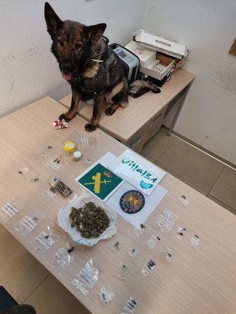 La agente canina Menta con todo lo incautado