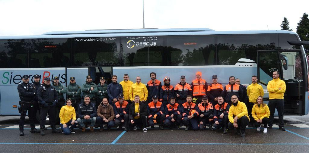 Todo el equipo posa frente al autobús tras el simulacro