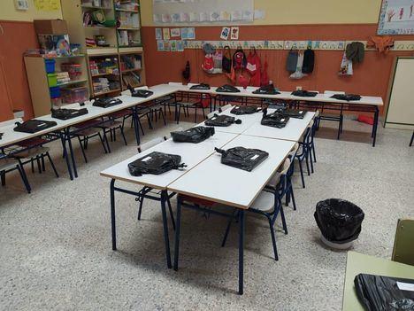 Los voluntarios de Protección Civil reparten los libros a los escolares