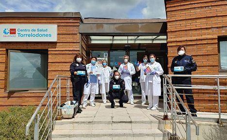 Miembros de la Policía Local donan tablets y mascarillas al Centro de Salud