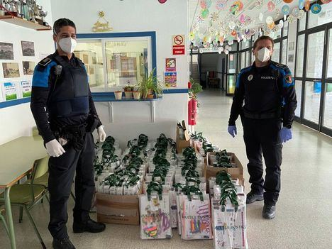 Policía Local y Protección Civil llevan sus libros de texto a los escolares