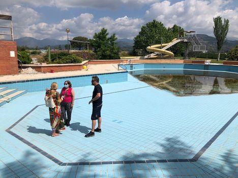 La alcaldesa, Mariola Vargas, visitó recientemente las instalaciones de la piscina de verano acompañada por la concejala de Deportes, Sonia Arbex