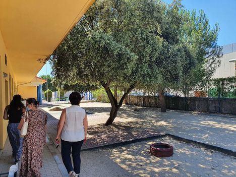 Trabajos de limpieza en los patios de escuelas infantiles municipales de Galapagar