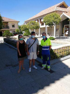Representantes de los trabajadores del servicio de mantenimiento de zonas verdes, con la secretaria de Organización del PSOE, Elena Repullo