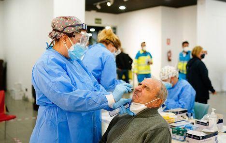 La Comunidad de Madrid comienza a realizar los test de antígenos en Puente de Vallecas