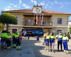 Los trabajadores del servicio de mantenimiento de zonas verdes de Torrelodones se concentrario a comienzos del mes de agosto frente al Ayuntamiento