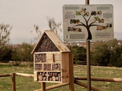 Las Rozas instala tres 'hoteles' de insectos en la Dehesa de Navalcarbón