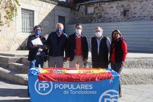 Alfonso Serrano, en la recogida de firmas contra la Ley Celaá en Torrelodones