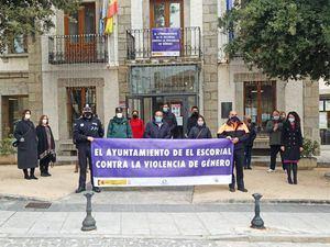 Minuto de silencio a las puertas del Ayuntamiento de El Escorial