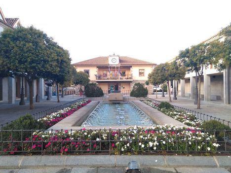 Controles en la plaza de la Constitución de Torrelodones para evitar aglomeraciones en el aperitivo de los días 24 y 31 de diciembre