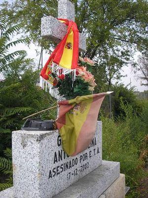Monumento en memoria de Antonio Molina instalado en el lugar de la A-6 en el que fue asesinado por ETA
