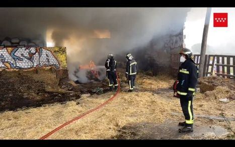 Los bomberos extinguen un incendio en una nave abandonada de Alpedrete llena de balas de paja
