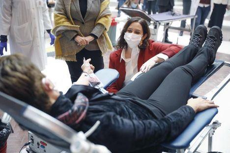 Díaz Ayuso anima a donar sangre en el dispositivo especial de la Real Casa de Correos