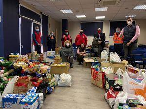 Collado Villalba entrega los más de 2.000 alimentos recogidos en Navidad para Cáritas y Cruz Roja
