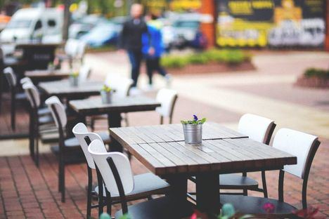 La Comunidad amplía a a seis los comensales por mesa en terrazas y obligará a ventilar espacios