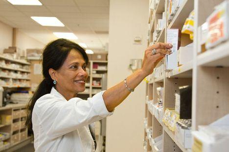 Sanidad destinará la vacuna de AstraZeneca a farmacéuticos, fisioterapeutas, psicólogos o podólogos