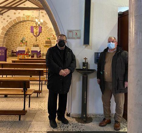La iglesia de San Antonio, en Galapagar, la primera en la región en probar los dispensadores de agua bendita antiCOVID