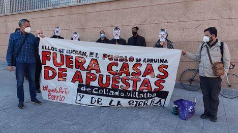 Concentración de apoyo a dos activistas contra las casas de apuestas ante los Juzgados de Collado Villalba