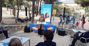 La diputada del PP Ana Dávila participó en un encuentro con mayores de Torrelodones