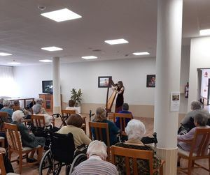 Música de arpa para los residentes en la Residencia Sanitas de Torrelodones