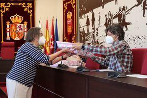 La biblioteca Ricardo León de Galapagar regala lotes de libros a los colegios de Primaria del municipio