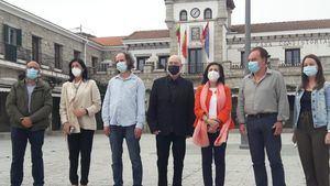La ministra de Defensa, Margarita Robles, visita en Hoyo de Manzanares la exposición de Francisco Cruz de Castro