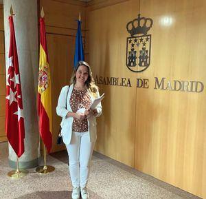 La portavoz del PP de Galapagar, Carla Greciano, recoge su acta como diputada en la Asamblea