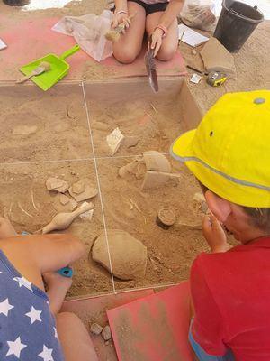 Hoyo participa en el programa Arqueólogos por un día, que acerca los yacimientos arqueológicos a los escolares