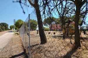 Concentración vecinal para pedir la paralización de las obras en la finca de la Talaverona, en Las Rozas