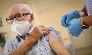 Comienza la administración de la tercera dosis de la vacuna a personas mayores