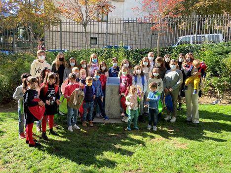 Escolares de San Lorenzo de El Escorial entierran una cápsula del tiempo en el parque de Los Romeros