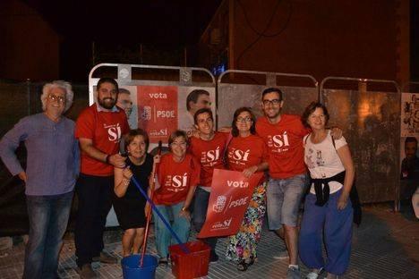 """Noche de """"pegada de carteles electorales"""""""